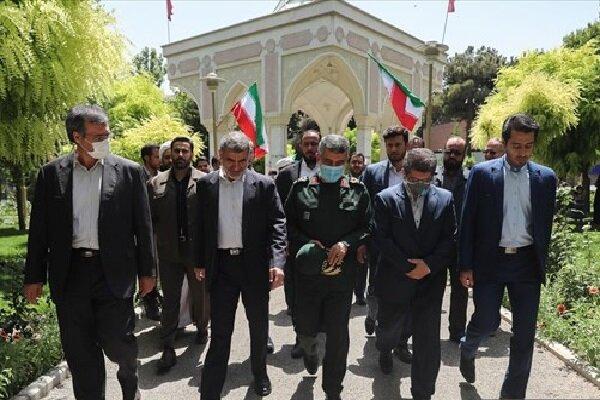 ادای احترام سردار حاجیزاده به شهدای گمنام