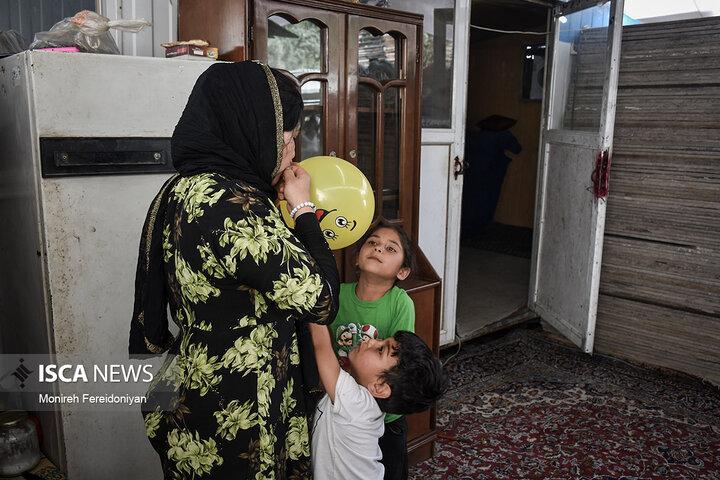 ستایش 21 ساله به همراه دخترش خورشید 7 ساله و مصطفی پسرش 4 ساله این روزها زندگی سختی را در کانکس پشت سر میگذارد