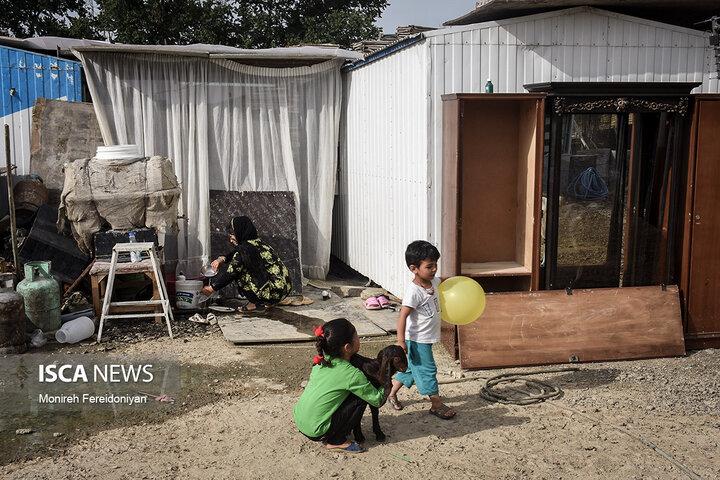 ستایش 21 ساله به همراه دخترش خورشید 7 ساله و مصطفی پسرش 4 ساله این روزها زندگی سختی را در کانکس پشت سر میگذارد.