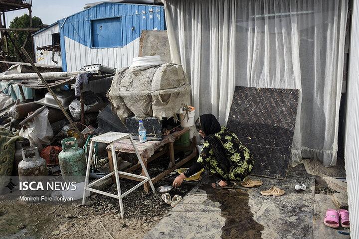 نبود سرپناه مناسب و امن باعث شده که ستایش همراه دیگر زنان منطقه نتواند برای کشاورزی سر زمین برود و از حداقل درآمد برخوردار شود