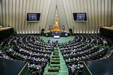 جلسه علنی مجلس آغاز شد/ سردار اشتری سخنرانی میکند
