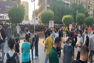 عراقیها پرچم فرانسه و تصاویر «ماکرون» را آتش زدند