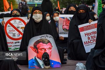 تجمع مردم و دانشجویان مقابل سفارت فرانسه در پی اهانت به پیامبر اسلام (ص) -۱