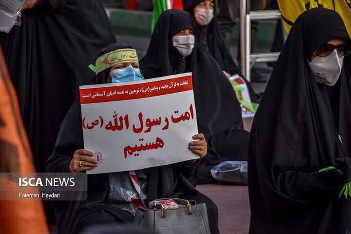 تجمع مردم و دانشجویان مقابل سفارت فرانسه در پی اهانت به پیامبر اسلام (ص)