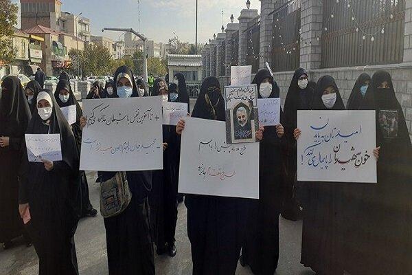 تجمع دانشجویان مقابل مجلس/ درخواست برای لغو نظارتهای هستهای و اخراج بازرسان آژانس