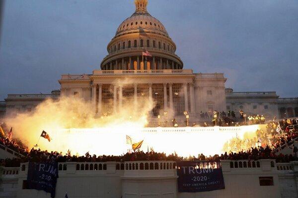 درگیری بین طرفداران ترامپ و پلیس آمریکا مقابل کنگره +عکس