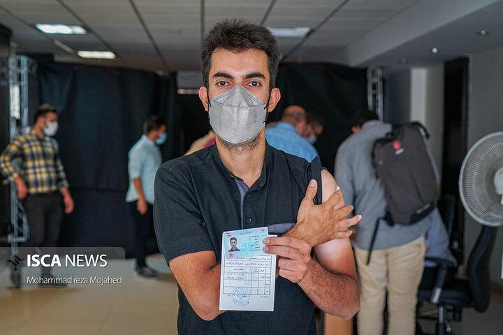 اولین دُز واکسن کرونا به خبرنگاران رسانههای دانشگاه آزاد اسلامی تزریق شد