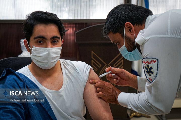 خبرنگاران رسانههای دانشگاه آزاد اسلامی دومین دُز واکسن کرونا را دریافت کردند