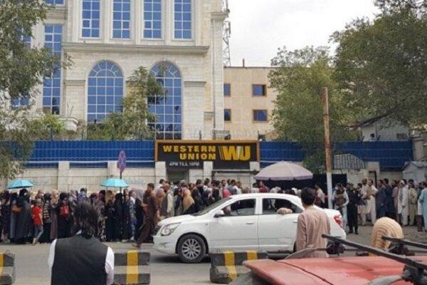 ذخایر دلاری بانکها در افغانستان رو به اتمام است