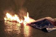 یونانیها پرچم آمریکا را به آتش کشیدند