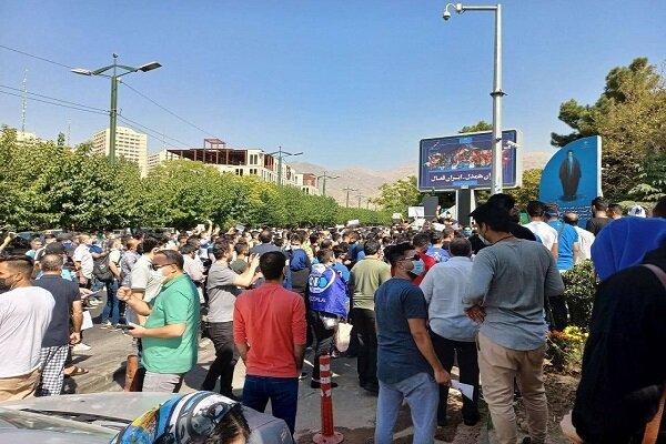 تجمع هواداران استقلال مقابل وزارت ورزش و جوانان + فیلم