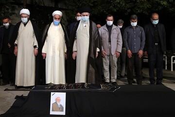 اقامه نماز رهبر انقلاب بر پیکر علامه حسن زاده آملی + عکس و فیلم