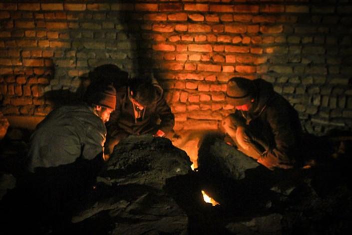 سرما سر رسید و کارتن خوابی دوباره موضوع روز شد/کجاست یک چهار دیواری گرم؟