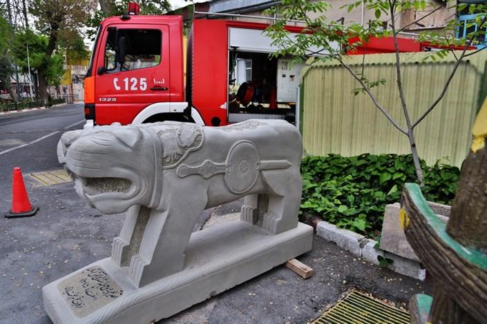 سوم اردیبشت مجسمه شیرسنگی قوم بختیاری اهدایی به خانواده آتش نشانان  در میدان حسن آبادنصب می شود