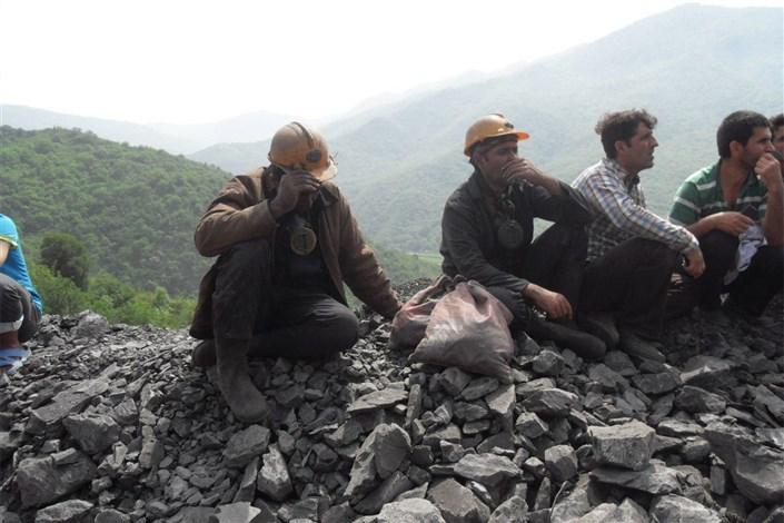 زنده بیرون آمدن معجزه است/ کارگران شبانهروز به دنبال همکاران مدفون خود در معدن هستند/روی برگشت به خانه نداریم