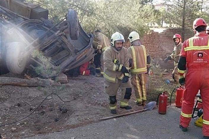 واژگونی کامیونت در بزرگراه شهید خرازی/ راننده داخل اتاقک درهم پیچیده محبوس شد