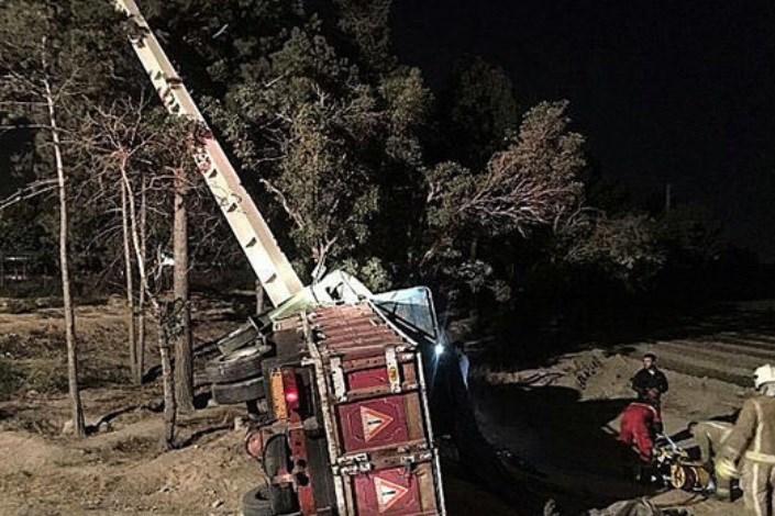 واژگونی کامیونت بر اثر برخورد با تیربرق