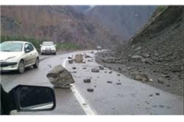 دو مصدوم بر اثر ریزش سنگ از کوه در جاده هراز