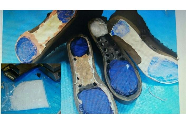 کشف ماده مخدر شیشه از داخل پاشنه کفش!