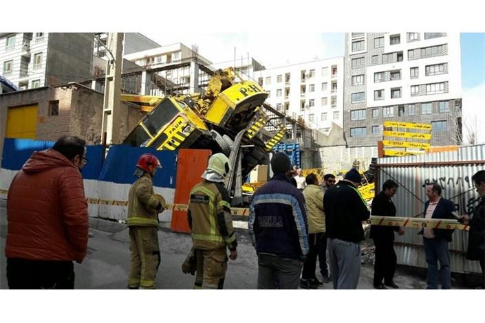 سقوط جرثقیل ۶۰ تنی در یک پروژه ساختمانی/ یک نفر مصدوم شد