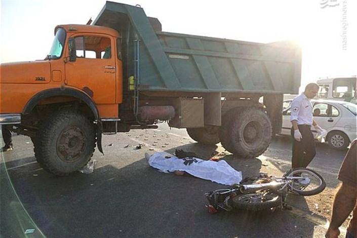 تصادف موتورسیکلت و کامیون در سیب و سوران/ همه 5 عضوخانواده کشته شدند