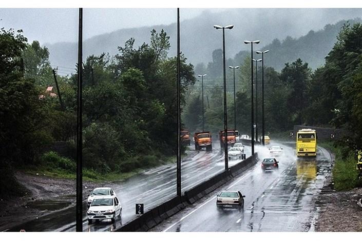 ادامه بارش باران در جاده چالوس و جادههای گیلان/ گرد و غبار در جاده زابل