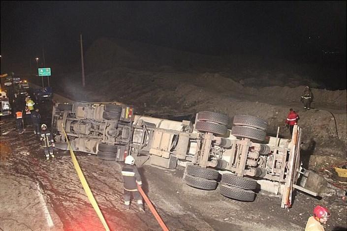واژگونی تانکر ۳۰ هزار لیتری مواد شیمیایی/ راننده مصدوم شد