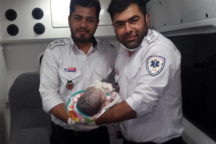 تولد نوزاد عجول در آمبولانس با کمک کارشناسان فوریتهای پزشکی لارستان