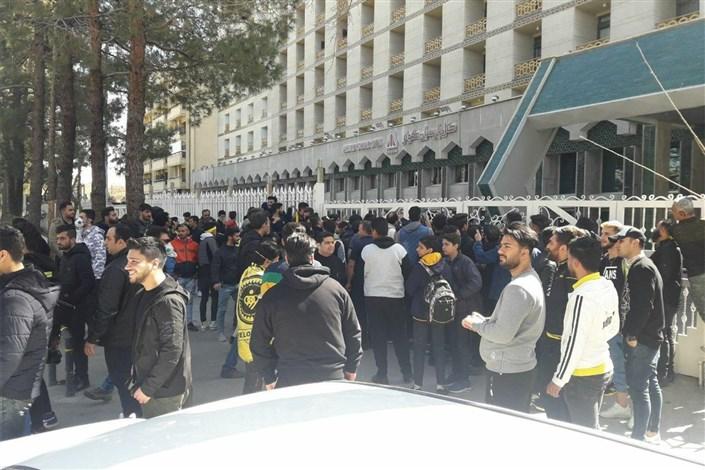 هواداران اصفهانی اتوبوس تیم خود را زمین گیر کردند!