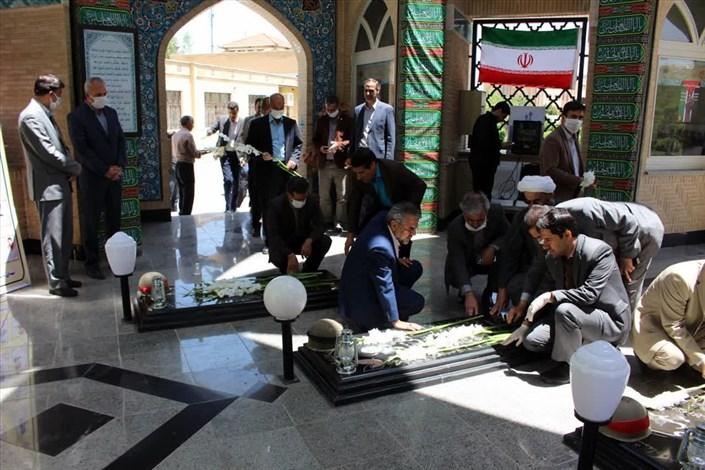 عطرافشانی و غبارروبی گلزار شهدای دانشگاه آزاد اسلامی اراک