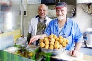 دیوار مهربانی در اغذیهفروشی/گاهی افرادی برای یک نان آغشته به سس به مغازه میآمدند