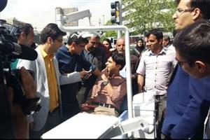 دندانپزشک  جوان رهگذران   را در میدان انقلاب ویزیت کرد/عکس