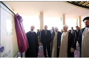 رونمایی روحانی از تمبر یادبود مراسم افتتاحیه مجلس دهم