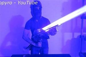 نوجوانی که بازوکای لیزری ۳۳ میلیون برابر قدرتمندتر از نور خورشید ساخت/فیلم