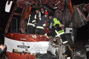راننده و کمک راننده  جان باختند/برخورد اتوبوس با کامیون در اسفراین ۲ کشته و ۲۵ مجروح برجای گذاشت
