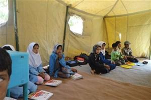 بازگشت بازماندگان از تحصیل به مدرسه در زهک همراه با کتاب و لباس/ معلم سیستانی به آرزویش رسید