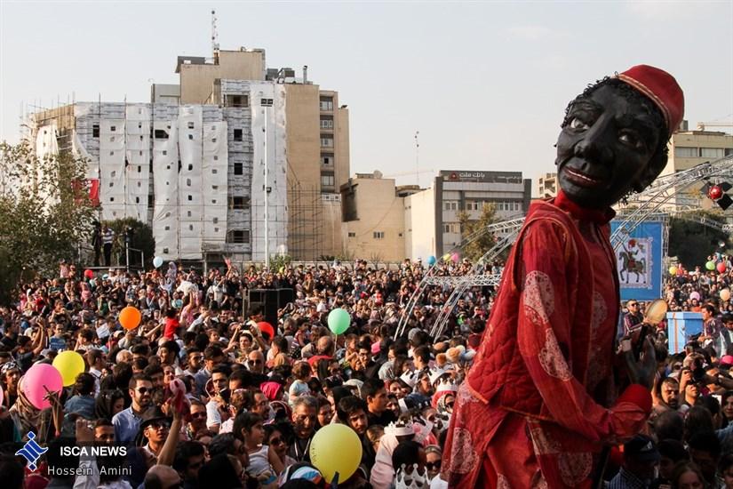 کارناوال عروسکی  به مناسبت آغاز شانزدهمین جشنواره بین المللی تئاتر عروسکی  تهران