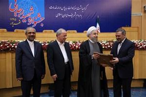 رئیس جمهوری با اهدای لوح از برگزیدگان جشنواره شهید رجایی تقدیر و تجلیل کرد