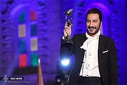 ویدئو/ تندیس بهترین بازیگر نقش مکمل مرد به نوید محمد زاده برای فیلم ابد و یک روز