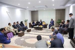 دیدار وزیر بهداشت با یکی از خانواده های شهدای منا