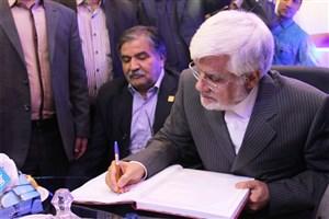 بازدید محمدرضا عارف از غرفه ایسکانیوز در نمایشگاه مطبوعات
