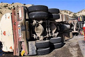 کامیونت در بزرگراه آزادگان واژگون شد/ حادثه خسارت جانی نداشت