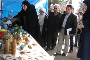 نمایشگاه صنایع دستی و هنرهای سنتی در دانشگاه آزاد اسلامی واحد گرمسارآغاز به کار کرد