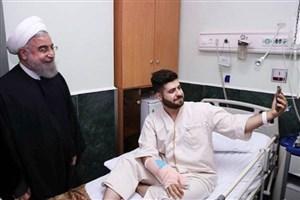 سلفی جالب یک بیمار با حسن روحانی/عکس