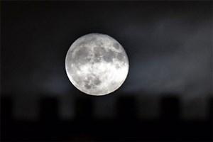 سیاره زمین به قمر خود اکسیژن می فرستد