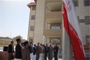 اهتزاز پرچم جمهوری اسلامی ایران در واحد سراوان به مناسبت دهه فجر/عکس