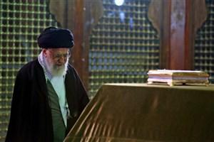 رهبر انقلاب اسلامی در مرقد مطهر امام(ره) و گلزار شهدا حضور یافتند