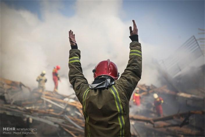 نمایش جانفشانی آتشنشانان پلاسکو در قاب پوستر هنرمندان