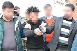 120 ثانیه دلهره و گروگانگیری دزد مسلح در بانک