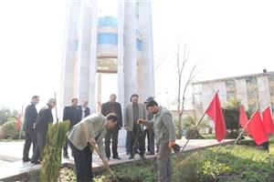 کاشت چندین اصله درخت در کنار مزار شهدای گمنام و محوطه دانشگاه آزاد اسلامی واحد لاهیجان